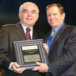 Dr. Miguel Padilha recebe das mãos do Prof. Alan Crandall, presidente da ASCRS, seu Honored Guest Award