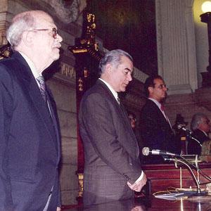 Mesa composta, ao centro com o Vereador, médico Milton Nahon, e a esquerda, Prof. Afonso Fatorelli