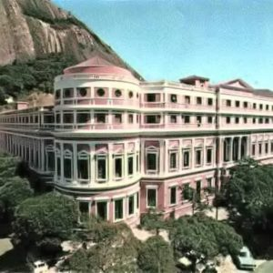 Em 1973, durante o governo do Gal. G. Médici (1969-1974), se inicia a demolição desta instituição dedicada à Medicina.